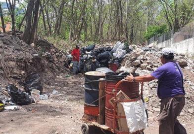 Para enterrar basura, invade Ayuntamiento de Jiquilpan predio propiedad de gremio periodístico local